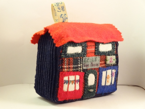 maison miniature, maison en patchwork, tissus recyclés, mini maison, village miniature, jouet traditionnel, décoration à poser, décoration à suspendre, enfant, recyclage, cadeau de Noël, fait main