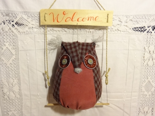 chouette en textile, textiles recyclés, suspension bienvenue, hibou welcome, mobile chouette, chouette sur perchoir, décoration maison,